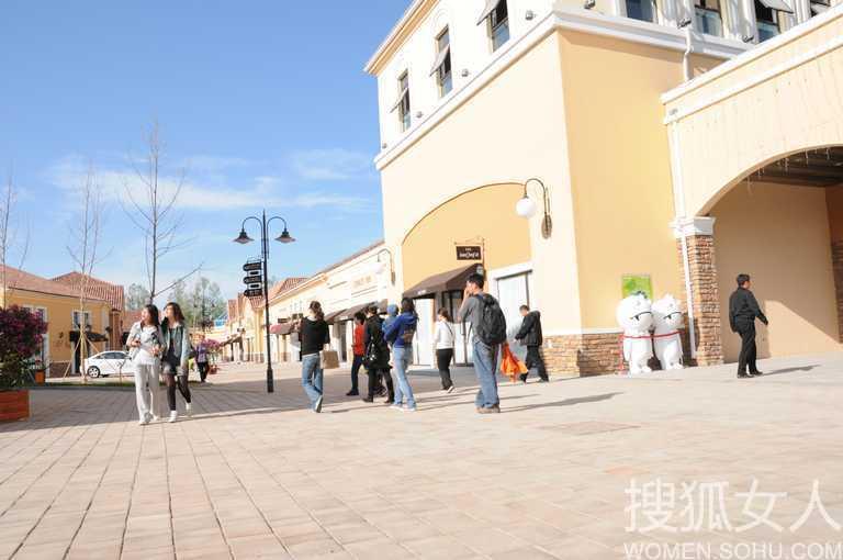 西班牙新古典建筑风格的北京全新国际名品折扣圣地.这里以满