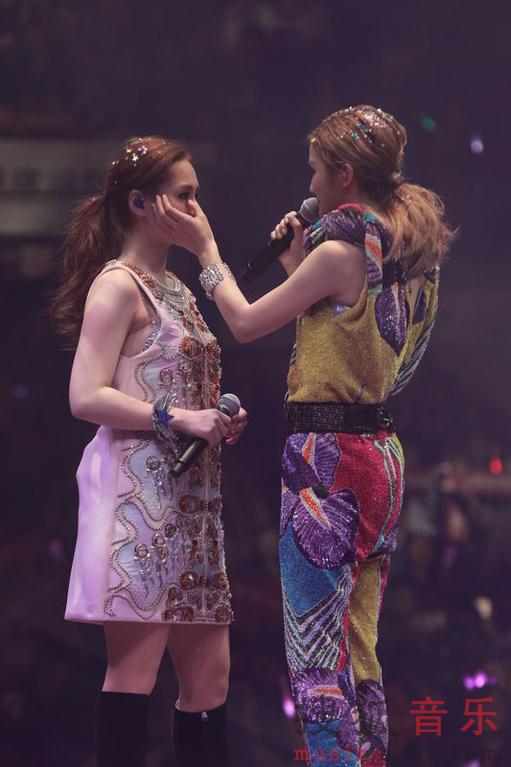 日,Twins2015演唱会末场.阿娇360度翻转险被堕地,容祖儿微醺