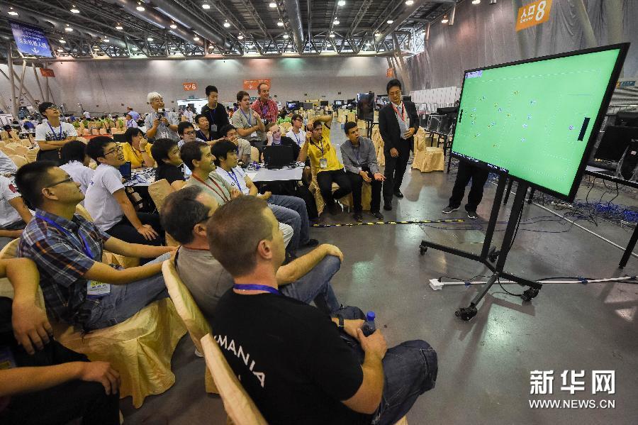 组图 众人观摩中科大机器人足球队 4 0夺世界杯