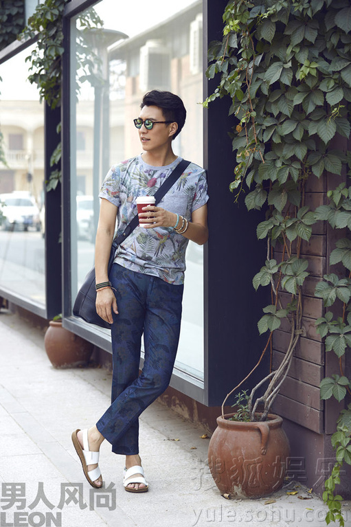 气演员靳东为《男人风尚》拍摄的一组时尚街拍曝光.片中靳东或图片