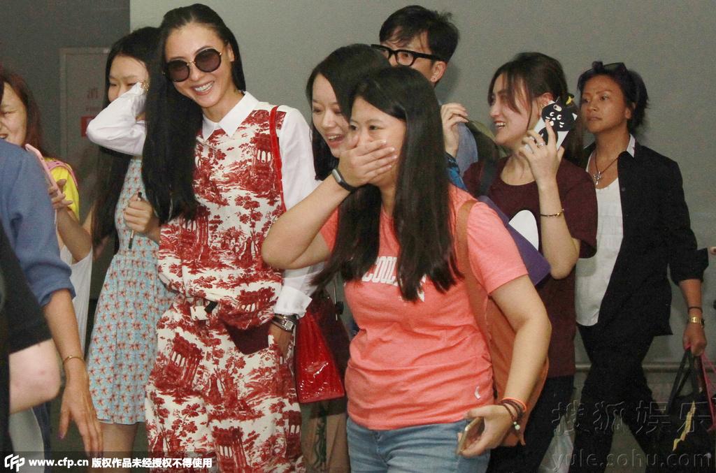 丝张柏芝露出了灿烂的笑容,心情好到爆.对于粉丝与路人的合影