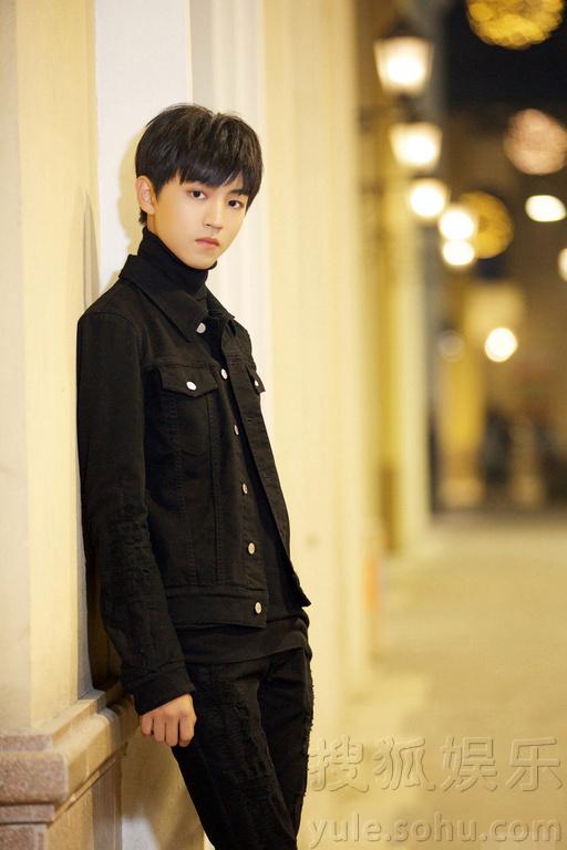 大长腿吸睛 王俊凯街拍化身神秘美少年图片