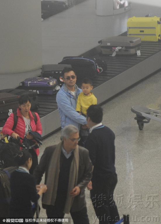 """,上海,王学兵一家三口抵达上海机场.他主动抱娃变身""""绝世好图片"""
