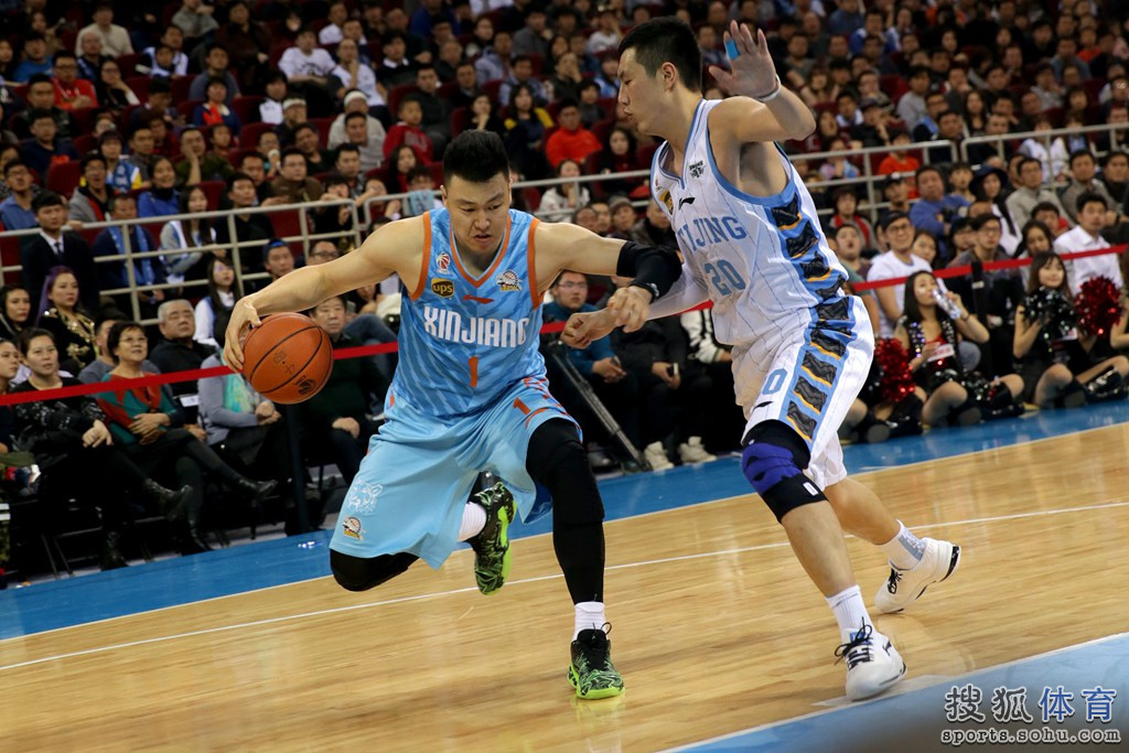 高清图 北京主场迎战新疆 马布里积极拼抢篮板