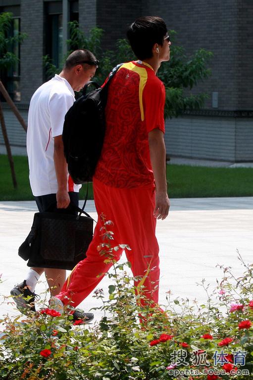 2008年北京奥运会,刘翔因伤退赛后返回奥运村,表情严肃心情不佳.图片