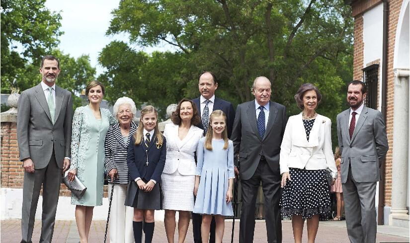 西班牙王室庆祝小公主首次圣餐礼 姐妹花甜美