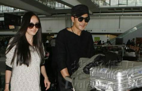 近日,杨幂和男友刘恺威由北京返港,当杨幂看见记者拍照时,即放
