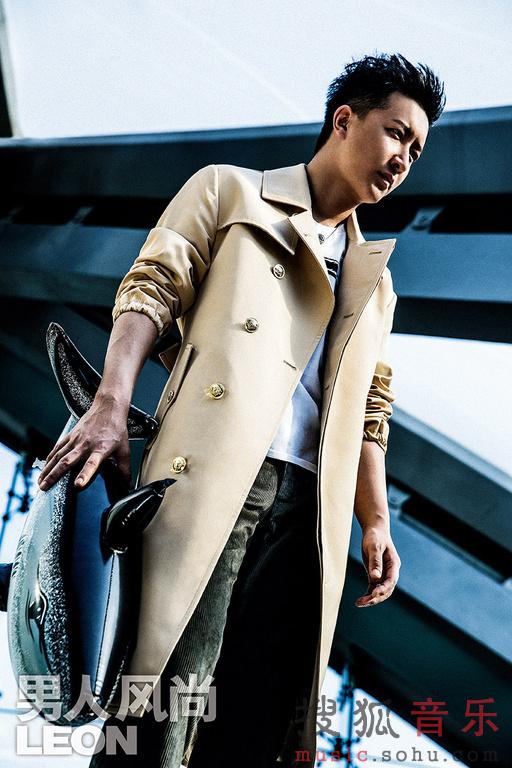 庚为《LEON男人风尚》拍摄一组封面大片,以不同已往的形象,诠图片