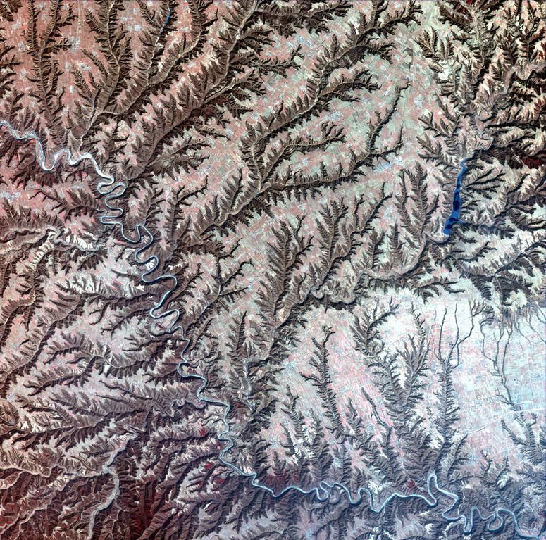小月亮曲谱-这是典型的黄土高原地貌,在长期流水侵蚀下地面被分割得非常破碎,