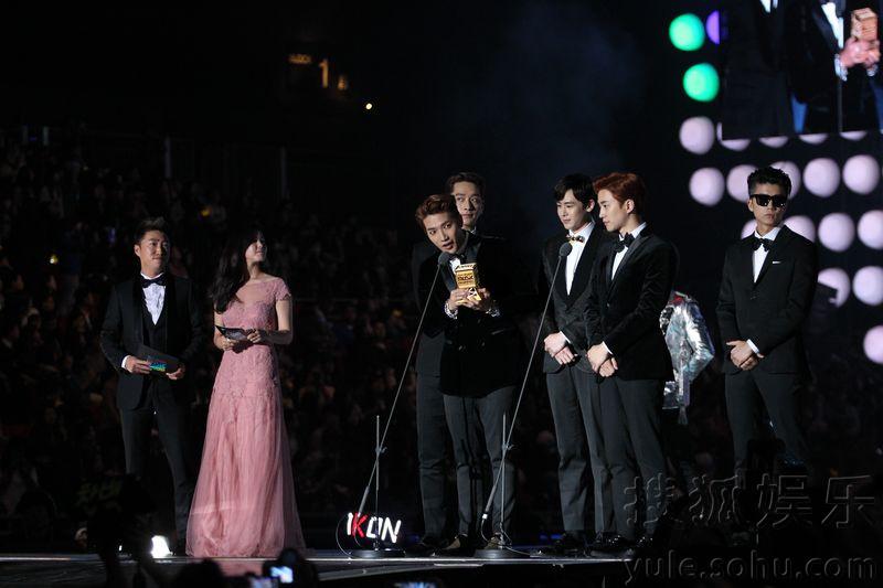 """日晚,2014MAMA颁奖礼在香港举行.EXO从刘德华手中接下""""最"""