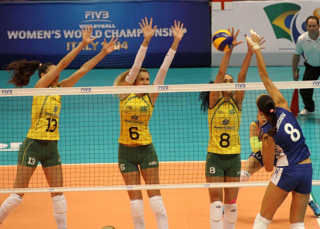 巴西女排3 0俄罗斯队 球童与吉祥物互动图片