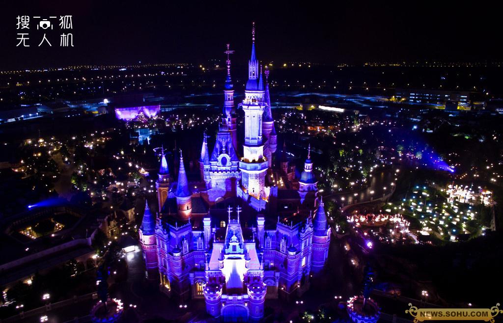 迪士尼开幕烟花点亮夜空 五彩缤纷辉映童话城堡