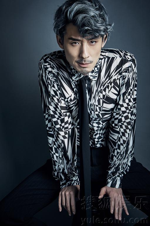 讯 近日,实力演员刘欢曝光一组最新写真,照片中刘欢略带凌乱感黑