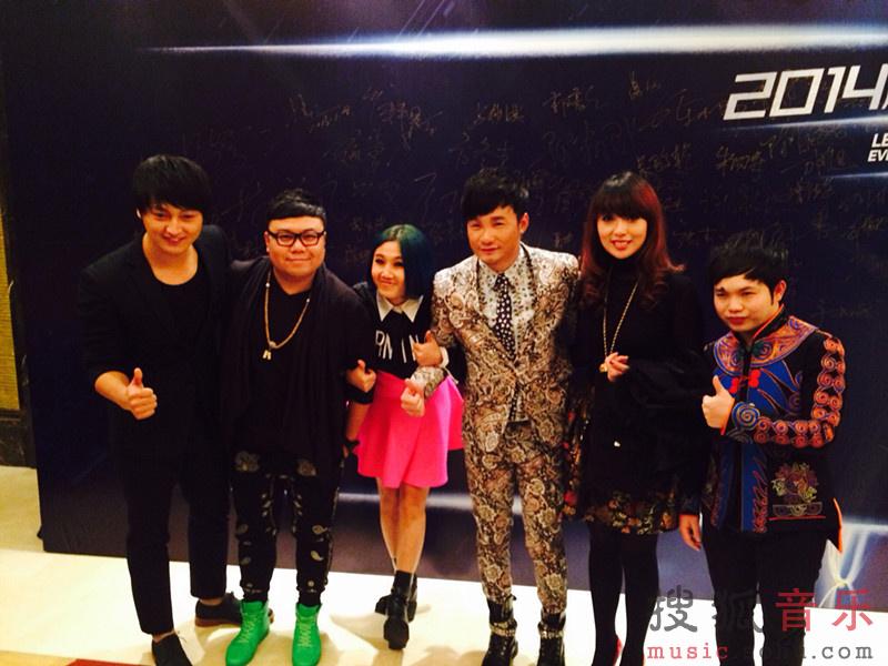 流行乐坛年度热门歌手的中国好声音学员黄勇,由于歌曲传达的高清图片
