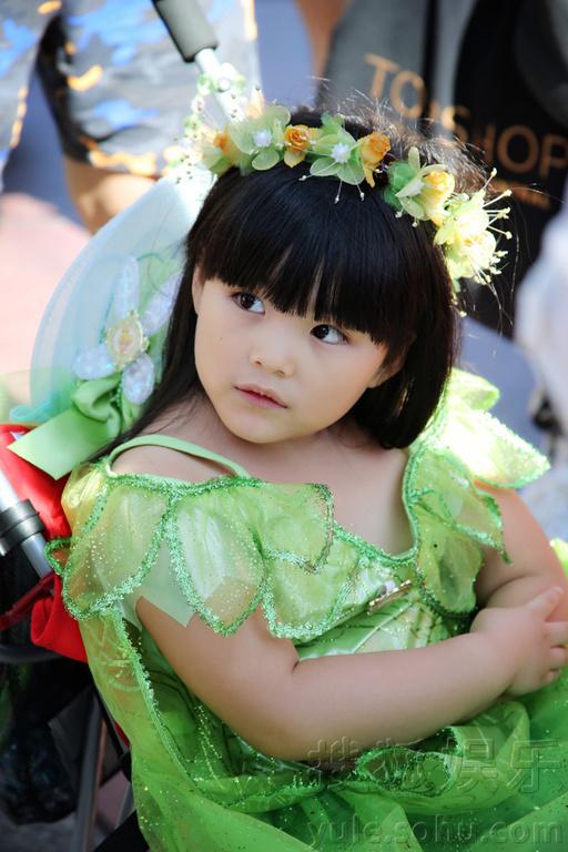 娱乐讯 日前,Angela王诗龄一家三口受邀前往美国加州迪士尼乐园度