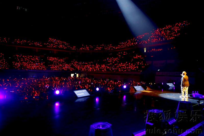 """17日晚,韩红2015""""当红不让""""演唱会在深圳湾体育中心唱响,吸"""