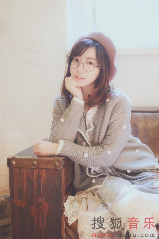 组早春写真,在春光无限的一间花店里,王筱月一身复古森系长裙,图片