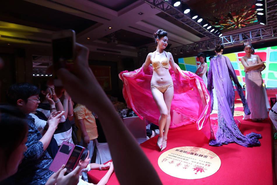 郑州上演黄金内衣秀 每套价值400万高清图片