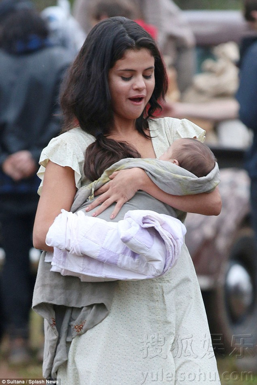 赛琳娜新电影剧照曝光 手抱婴儿演年轻母亲
