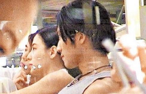 2002年3月谢霆锋、张柏芝被人偷拍到的同游泰国的照片被放上网络,图片