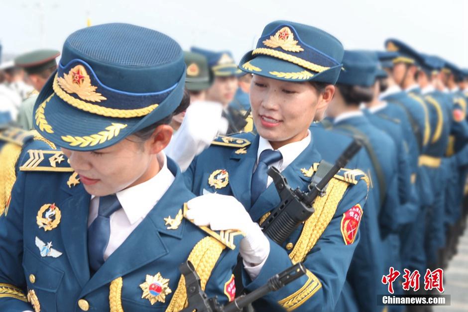 0周年阅兵中,三军仪仗队方队将采取男女混编组队形式出现在阅兵
