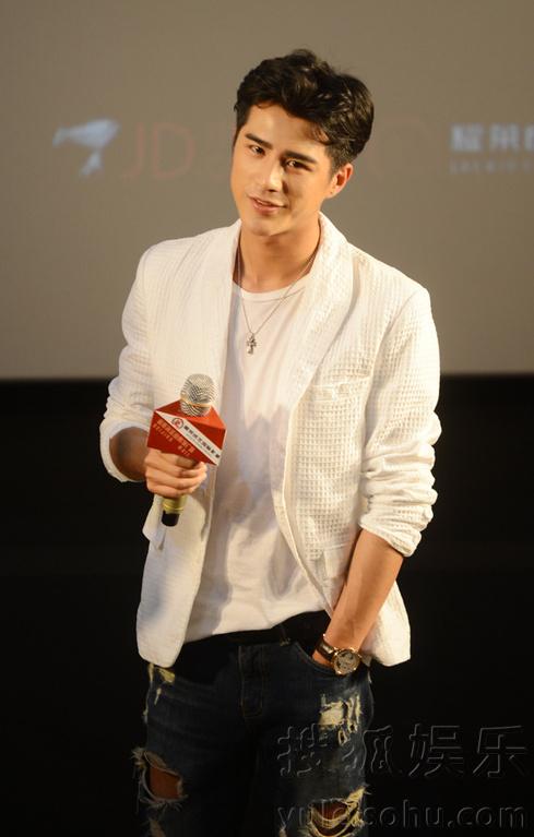 图)7月9日,电影《小时代》席城扮演者姜潮现身北京成龙耀莱国