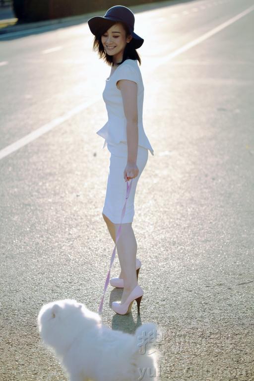 《山河恋美人无泪》等剧的人气女演员张檬拍摄了一组时尚街拍.修