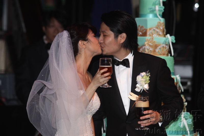 黄湘怡出嫁与老公喝交杯酒 林依晨郑元畅到贺