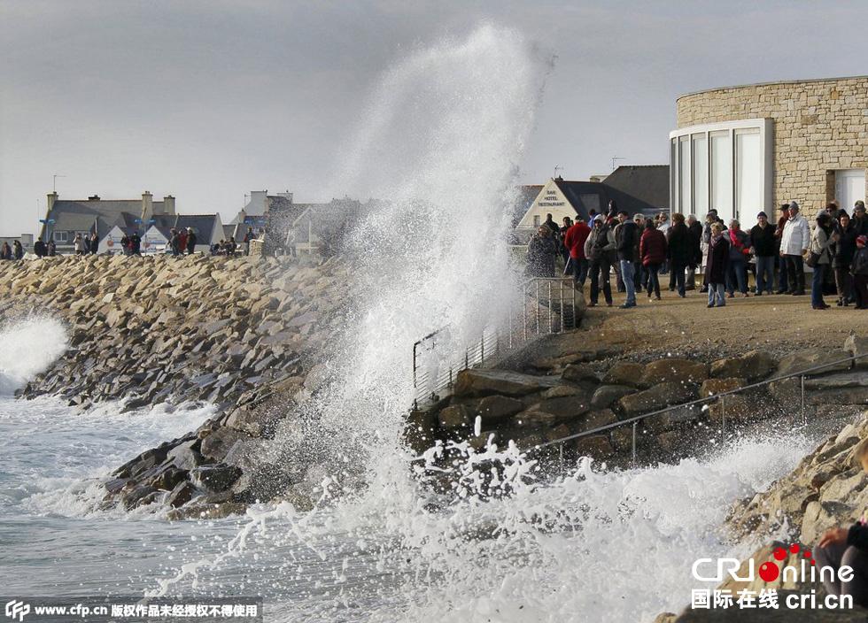 """年3月21日,法国西部海岸迎来本世纪以来最大潮汐,被称为""""世纪"""