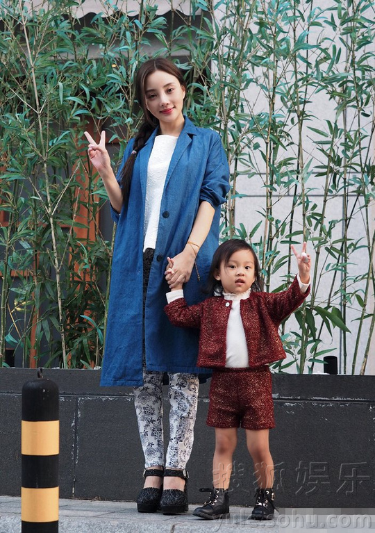 照片中李小璐与甜馨穿着亲子装,母女俩街拍好似闺蜜,甜馨装扮图片