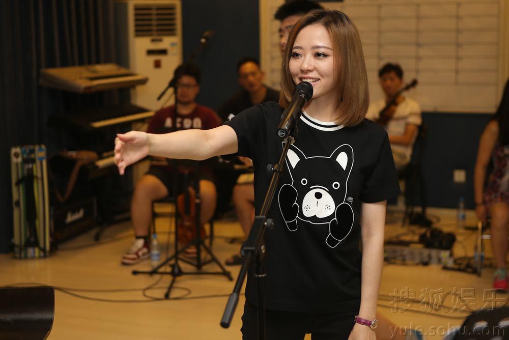 "World""2015巡回演唱会进行彩排.据悉,在6月27日的上海站演唱"