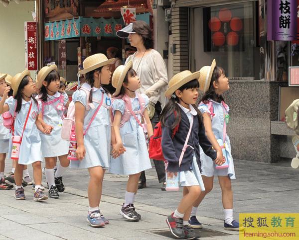 日本小学女生如此早熟 性感装扮令人HOLD不住