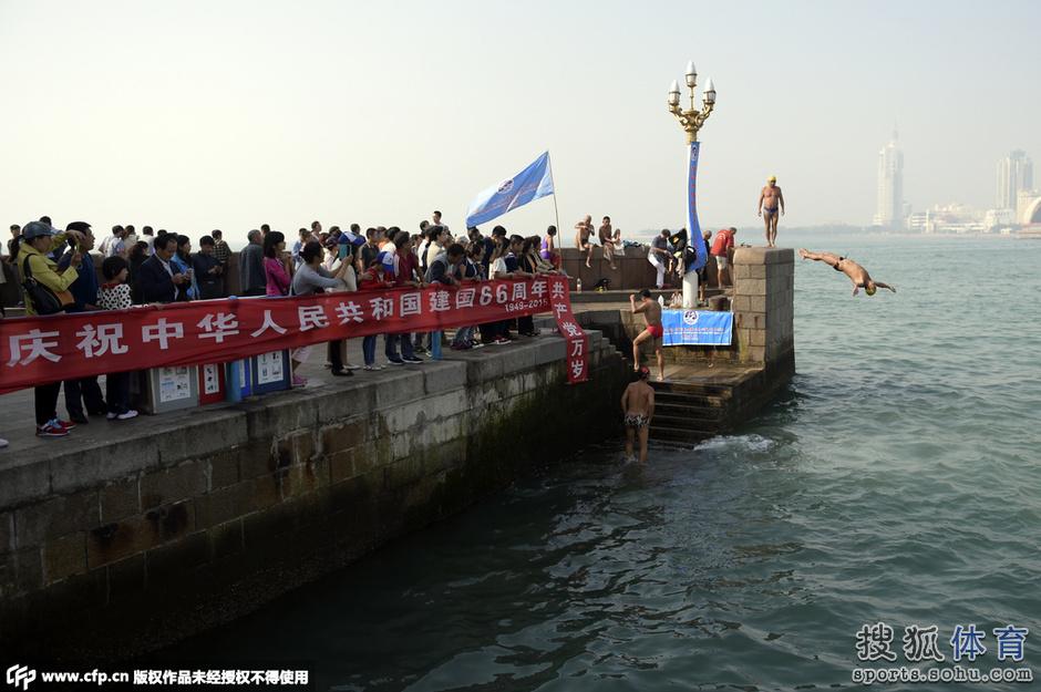 高清图:9位老人2小时栈桥跳水66次 庆祝国庆节