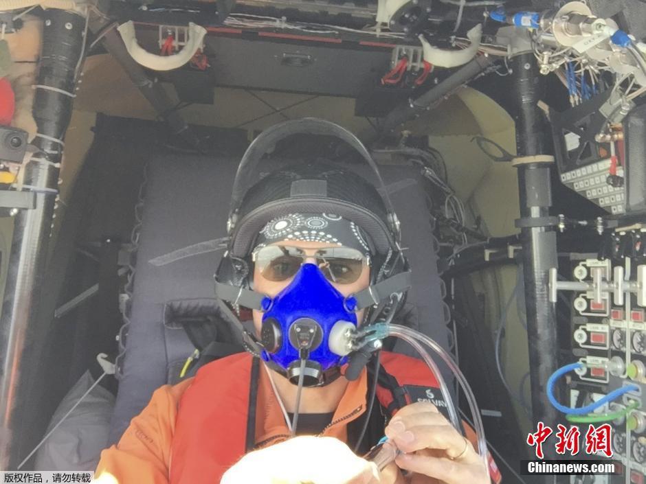 太阳能飞机飞行员高空用自拍杆自拍