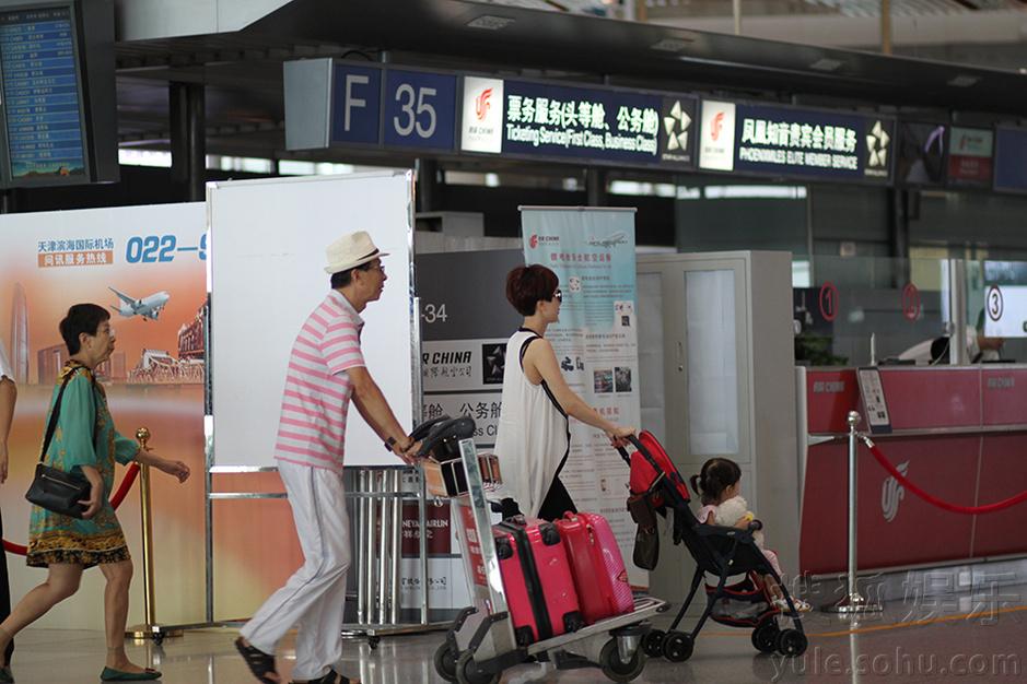 金巧巧携家人现身机场  父母着装时尚潮范足