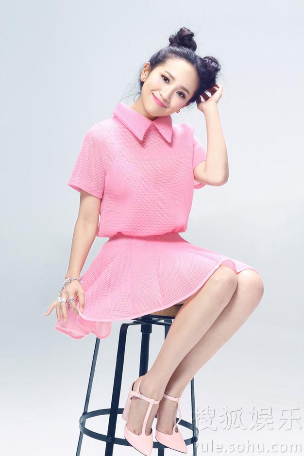 解惠清最新写真曝光 粉色套装显青春活泼个性
