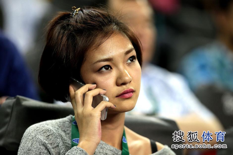 高清:上海赛可爱小女孩看台卖萌 美女长发飘逸