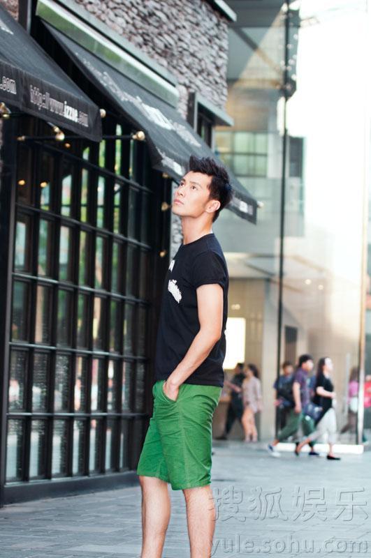 """""""素颜""""街拍,一袭简单黑色t恤搭配绿色短裤以及休闲鞋"""