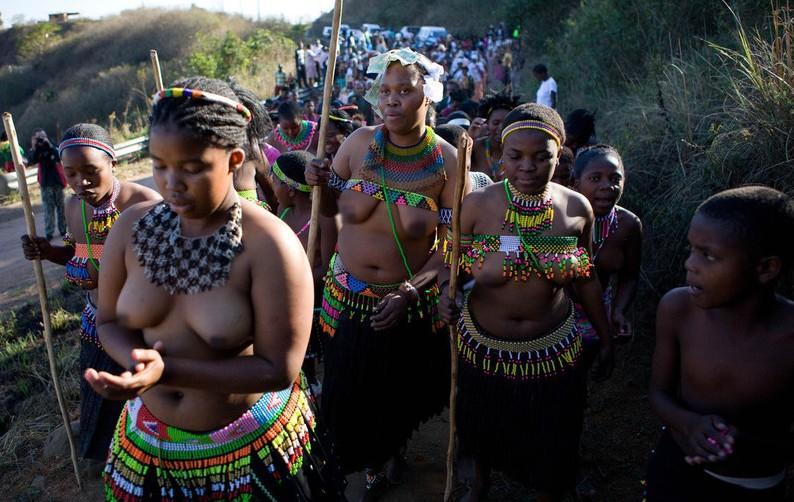南非祖鲁族:男人战舞 处女露胸