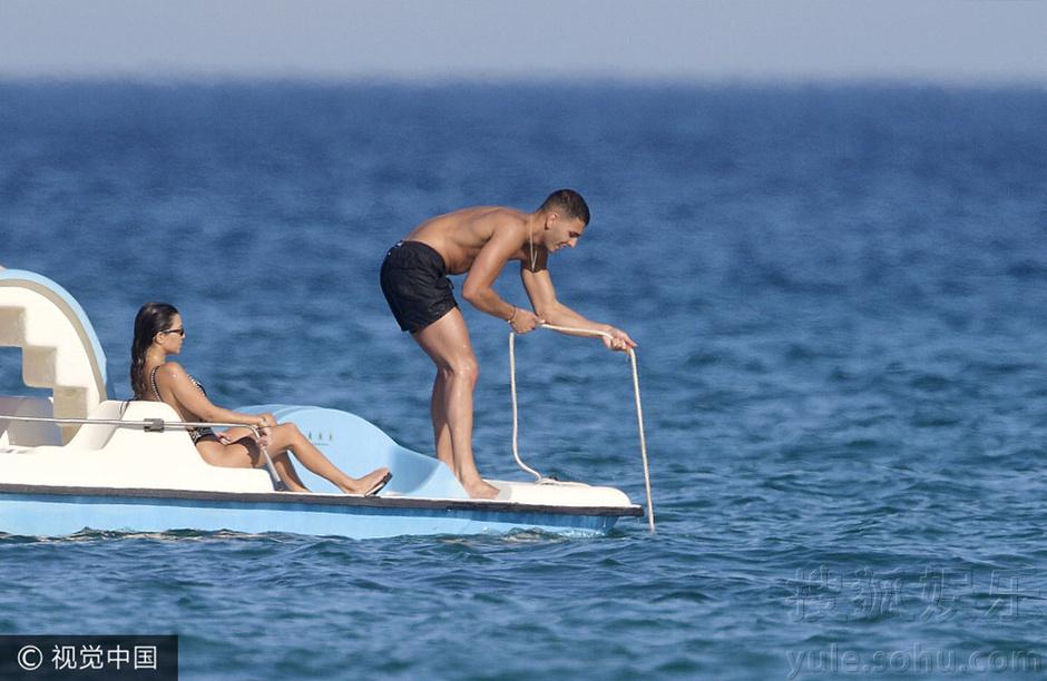 金大姐考特尼与男友海边度假 穿连体泳衣秀身材