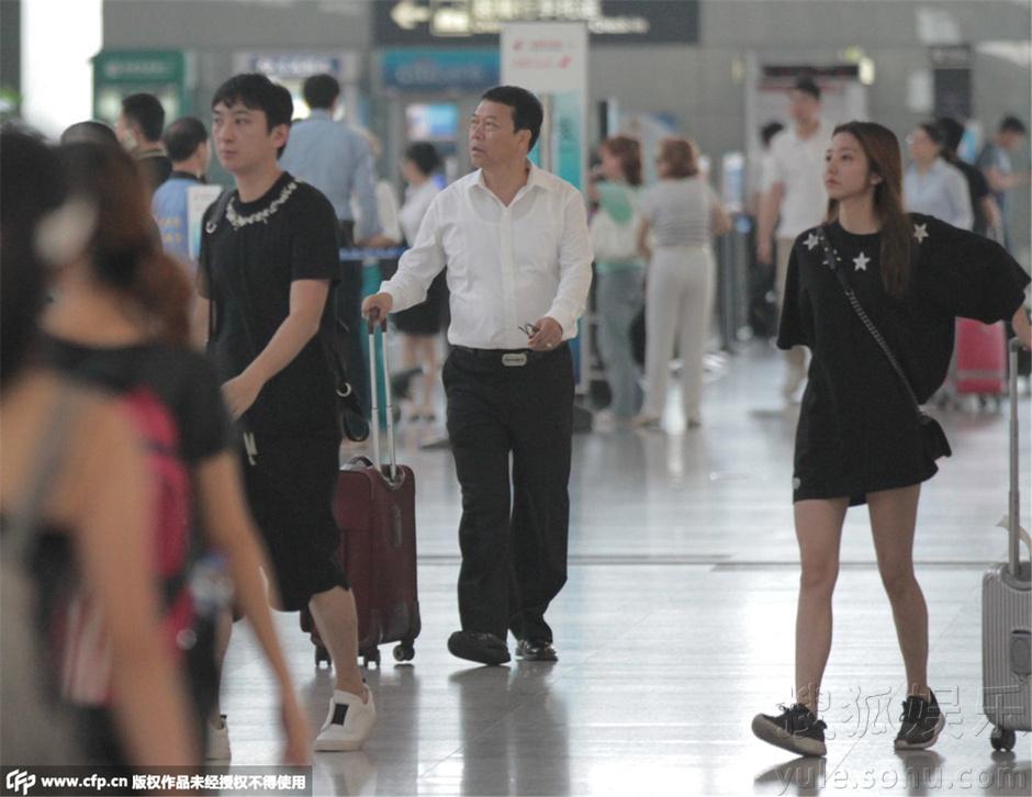 王思聰與神秘女子穿情侶裝現機場 似又交新歡(圖)