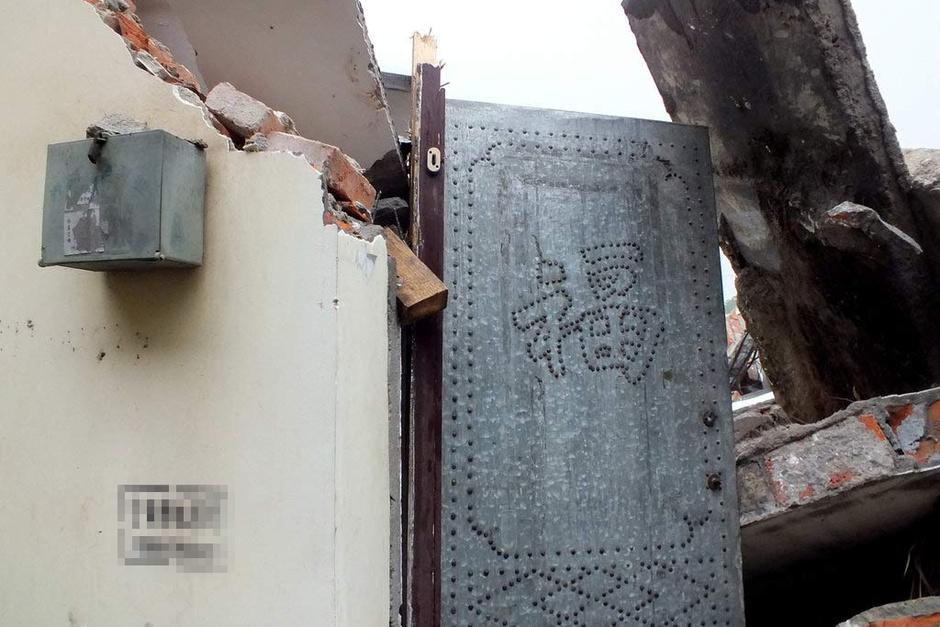 """""""在扭打过程中,住户用刀子捅伤了多名拆迁队员。""""强拆队翻墙入室反被捅 政府:临时工 - 暮色苍茫 - 赵破奴"""