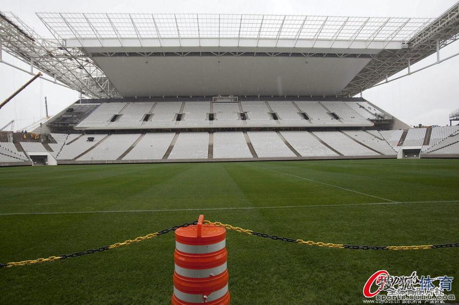 当地时间2014年4月15日,记者造访位于巴西圣保罗的科林蒂安球场。尽管这里是世界杯揭幕战球场,但是此时却仍是一片工地,巴西世界杯组委会的低效令人震惊。球场外墙上,球迷涂写着copa pra quem?!(奖杯归谁?!),则像是在竞猜世界杯冠军。
