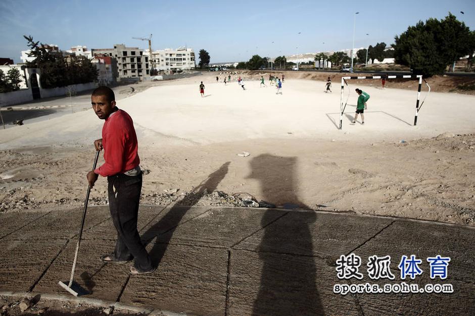 高清:摩洛哥少年街头踢球