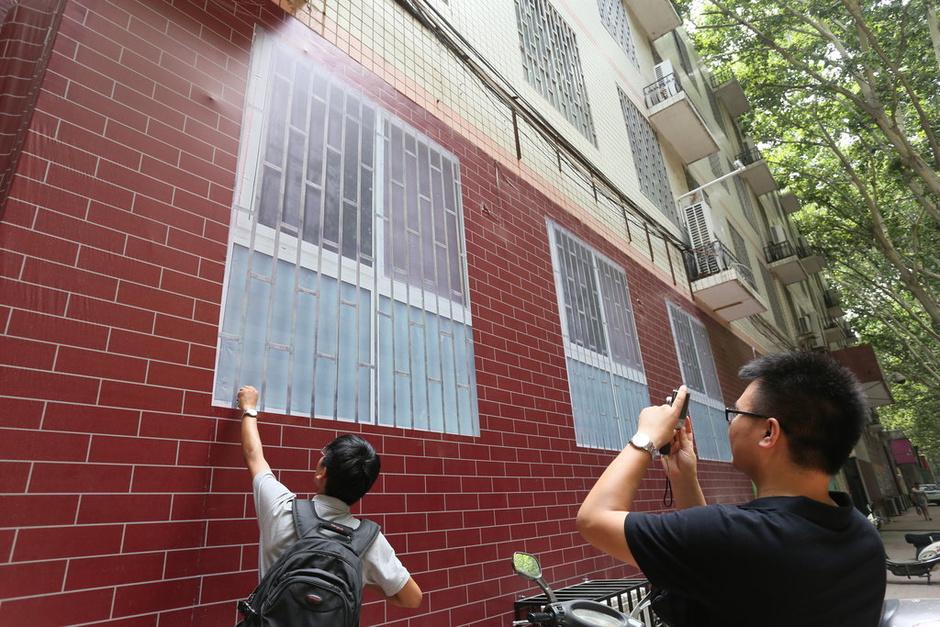 神笔马良?郑州一小学墙上画窗户