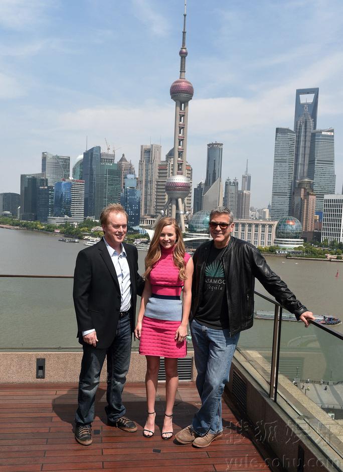 搜狐娱乐讯(上海站 马蓉玲/图文)5月22日,好莱坞大片《明日世界》在上海举行发布会,导演布拉德伯徳携主演乔治克鲁尼、布丽特妮罗伯森抵沪亮相。作为全球最迷人的男性之一,乔治克鲁尼现场的一举一动都成为焦点,他幽默、睿智的谈吐数度引发笑声迭起,特别是当他八卦地在询问在场媒体是否参加了《复仇者联盟2》发布会,还让记者爆料哪个主演最刻薄。当晚,乔治克鲁尼一行出席首映红毯,亲民的他不时停下脚步,握手、签名、和粉丝自拍,尽显绅士魅力。