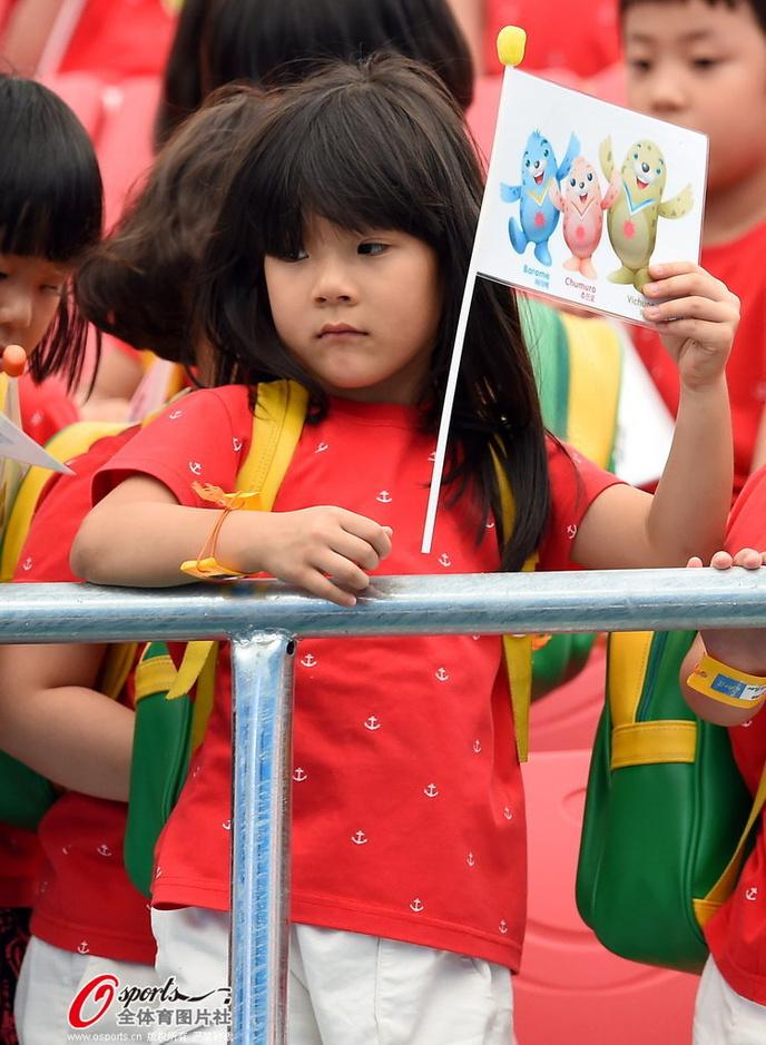 高清图:美女教师带学生观战 可爱小朋友萌翻天