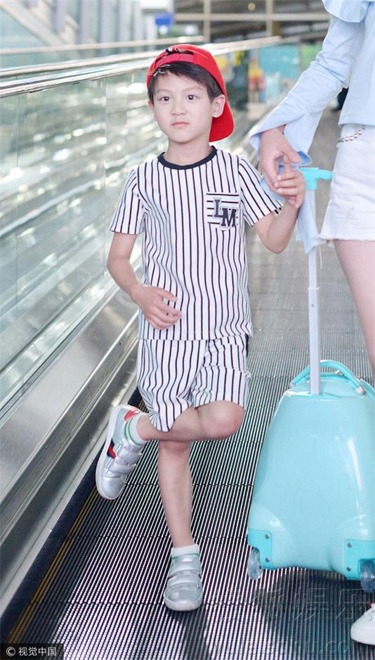 叶一茜带儿子现身机场变少女 小亮仔呆萌可爱
