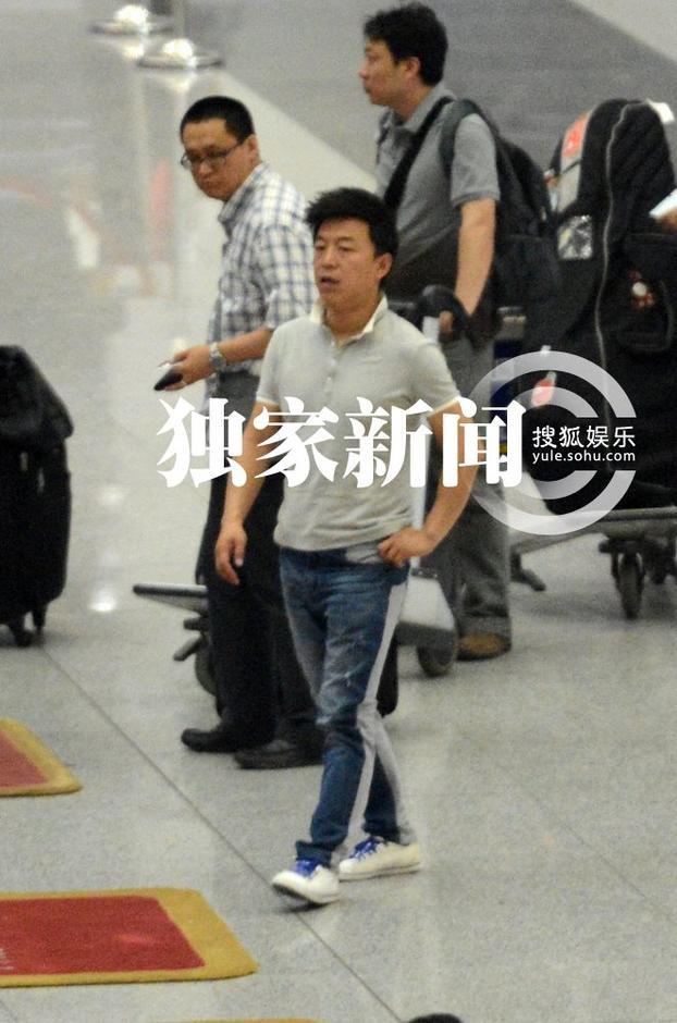 独家:黄渤着休闲装等人 机场外抽烟神色淡定图片