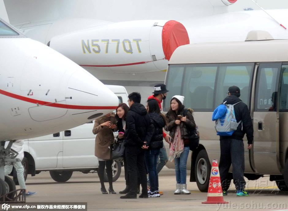 吴亦凡随着剧组成员搭乘私人飞机出现在上海虹桥机场